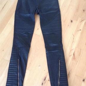 Varetype: Skind bukser Størrelse: 8 Farve: Sort Oprindelig købspris: 3900 kr.