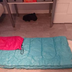 Blå sovepose med lyserød pose til. Kan afhentes i Esbjerg