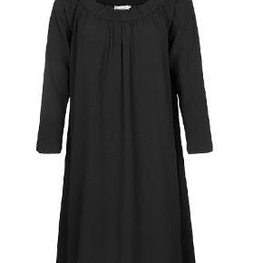 """Varetype: Andet Farve: Sort Oprindelig købspris: 500 kr. Prisen angivet er inklusiv forsendelse.  Super fed kjole i """"tykt"""" stof.   Kjolen kan også bruges off-shoulder.   Kjolen er a-form og med lange ærmer    Aldrig brugt"""