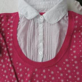 """Dejlig strikbluse med """"indbygget"""" skjorte.  Ikke brugt meget, så i den meget gode ende af skalaen.  Brystmål ca. 2x45 Længde fra skulderen og ned ca. 56  75% viskose og 25% nylon.  Jeg tager desværre ikke billeder med tøjet på"""