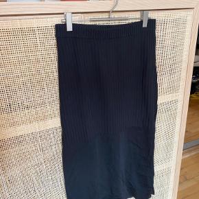 Nederdelen har en sheer underdel, samt et slids i siden