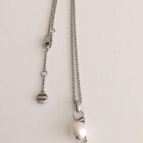Halskæde i Sterling sølv med perlevedhæng og Emporio Armani vedhæng. Kæden kan justeres fra 42-46 cm i længden. Perlen måler 1 cm. i diameter. Fremstår som ny.