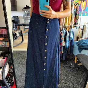 Blå nederdel fra Vero Moda, som kan snøres ind. Jeg undskylder for billed-kvaliteten, spørg endelig efter flere hvis du er interesseret  Fra ikkeryger-hjem :-)