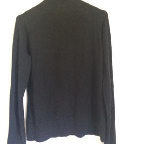 Lækker blød turtleneck-sweater fra Esprit.  Størrelsen er M, men passer sagtens XS-M.  Der er en to små plettet foran.