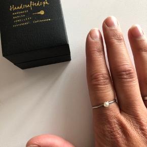 Smuk Handcrafted ring med perle. Aldrig brugt (kun taget på for at tage billede) Købt for 400 kr. Sender gerne med dao for 33 kr