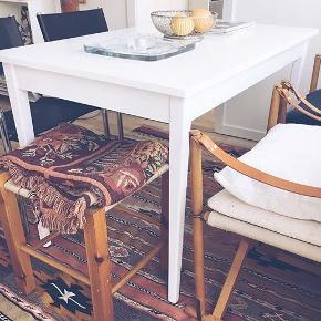Hvidmalet træbord (hvid højglans), trænger til en ny omgang maling, grundet pletter hist og pist :-) fejler ellers ingenting.Byd endelig!
