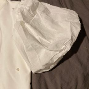 Smuk bluse med puf og perler