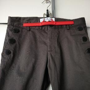 Bemærk syningen på buksebenet bagpå.