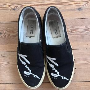 Fede slip on sneakers fra Kenzo. Er brugt en del, og det ses. Bunden er ikke hvid mere og der er tegn på brug. Synes dog stadig godt de kan bruges og jeg sælger dem derfor billigt til en der kan få glæde af dem 😊