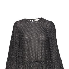 Inwear bluse 🖤 I fin let kvalitet, små flæse detaljer og slids i siderne, samt guldknap i nakke.  Fremstår som ny, sælges til fornuftig pris 👏🏼 Nypris var 500,-