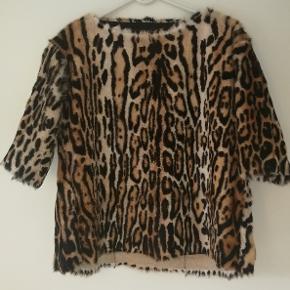 Super Flot Skindjakke - Ganske lidt brugt.  Materiale: Ægte gedeskind med Leopard print.  Størrelse: 38/40  Nypris: 8000,- Sælges for 3500,- (+ porto)