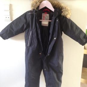 Reima flyverdragt med aftagelig fake fur pelskrage  Køb flere ting og vi finder en god pris.  Fra røgfri hjem og kun vasket i neutral.