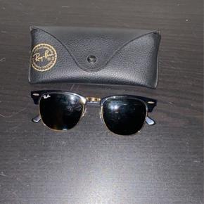 Sælger disse Ray Ban, da jeg ikke bruger dem mere. De er super cool og passer godt når vejret er godt ;)  Det medfølger: æske samt solbrillerne.  Nypris-1450kr   Min pris-600kr  Kæber betaler fragt.  Vedr. spørgsmål så skriv :)