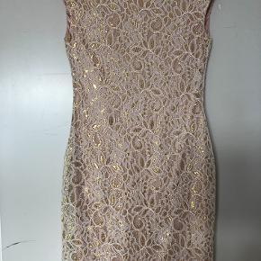 Super sød blonde kjole med dyb rygudskæring.