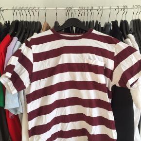 Carharrtt T-shirt med to små huller men stadig rar at have på (lidt krøllet på billedet, men Stryger den når jeg sender)