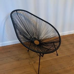 Fin stol i sort plast strenge. Stel i jern. Kan bruges ud og inde.