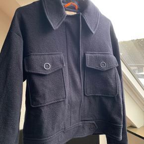 mega sød jakke fra h&m i str. small! kun brugt nogle få gange sidste efterår<3