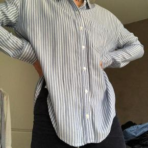 Fin skjorte fra hollister i meget blødt materiale. Krøller ikke. Oversized Xs. 💙   Du  kan hente i Aarhus C - Ceresbyen. Ellers sender jeg gennem trendsales' handelssystem💗  Sælger også:  - & Other Stories  - H&M  - Nike  - Zara  - Nue Notes  - Envii  - Vila  - Weekday - Monki - Rosemunde  - Day  - Levis  - Brandy Melville  - Topshop  - Just Female