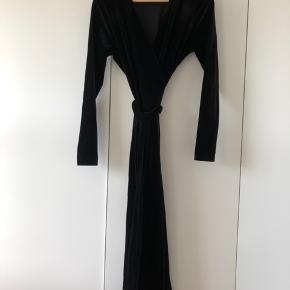 Smuk kjole fra InWear sælges. Modellen hedder Voltaire og er en slå-om-kjole i blødt velour stof. Aldrig brugt. Fra røg- og dyrefrit hjem. Kom med et bud 😊