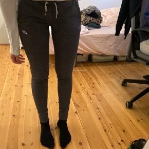 Grå bukser fra Nike, de sidder stramt men er super lækre at have på.