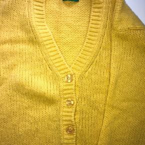 Gul sweater/cardigan som passer s/m.  70% Lana uld. Kan afhentes i Aarhus.