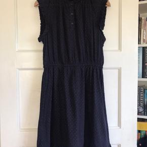 Sød kjole i mørkeblå med små røde prikket. Fra røg- og dyrefrit hjem.