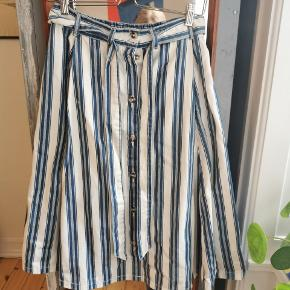 Super fin stribet nederdel fra Monki. Stoffet er tykt og bindebæltet kan tages af 🌱
