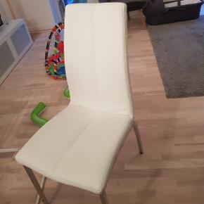 Helt nye 4 stole i imiteret hvidt læder. Super behagelige. Aldrig pakket ud da vi havde købt 4 for meget. Nypris 500 kr stk.