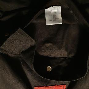 Sælger denne Givenchy Smock Jacket. Købt på Vestiare Collective, har intet OG, men har autentitet check og kan fremskaffe kvit.  Perfekt til forår og sommer!  Str XL fitter småt. 184-178 Cond 8.5, ingen flaws Ny pris: 5000 Pris 2.000 KOM MED BUD!!!