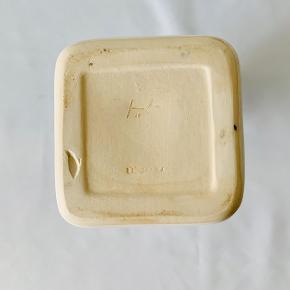 Flot hvid keramik flaske fra navnkundige Kæhler. Stemplet HAK og Denmark. Højde: 20,5 cm Bund: 8 x8 cm