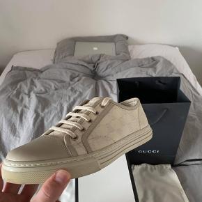Hey, sælger dette fede par Gucci canvas sneaker. Info om skoen: - Næsten ubrugt (cond 8-9) - medfølger box og små kort - Str 6,5 (fitter 41-41,5)