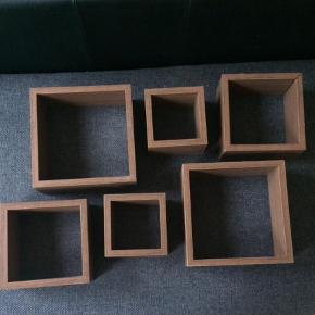 Hylder, kvadratiske, kasser, bokse, 6 stk. Det er i trælook. To af hylderne har skader, men tænker at en klat lim kan gøre dem som nye igen.  Mål:  Stor: 25x25 cm Mellem: 20x20 cm Lille: 15x15 cm.  Afhentes i Vejle  Hylde Farve: Brun