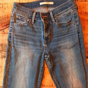 Sælger disse flotte Levi's bukser, str. 24/30. Meget lidt brugte. De sidder super godt og er har masser af stretch.