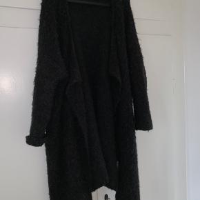 Stor, varm og lækker strik-cardigan fra By Malene Birger. Det er et mix af uld og silke. Skriv gerne for flere billeder😀