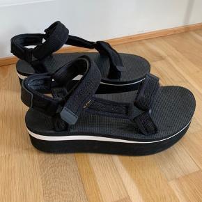 Cool og komfortable sandaler fra Teva sælges. Er både gode at have på, men er samtidig fashionable grundet deres bløde plateaubund. Har kun været i brug enkelte gange. Hvis varen skal sendes, betaler køber fragten.