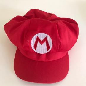 Udklædnings hat/kasket til supermario kostume. Aldrig brugt