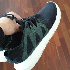 Lækre sneakers fra Adidas, brugt men i fin stand😊 Str 40, men passer en str 39. Nyvaskede👌