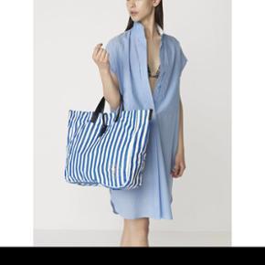 Flot taske fra By Malene Birger / helt ny/ mål 42 x 38 x 11.5 cm/ der er lang rem så man også kan bære den over skulderen/ bytter ikke