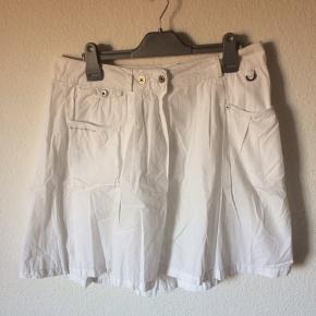 G-Star - nederdel Str. 26 Næsten som ny Farve: hvid Lavet af: 100% cotton Style: LUGO SKIRT Mål: Livvidde: 84 cm hele vejen rundt Længde: 48 cm Køber betaler Porto!  >ER ÅBEN FOR BUD<  •Se også mine andre annoncer•  BYTTER IKKE!