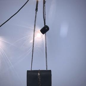 Aldrig brugt sød taske med fjerdetalje. Der er plads til mobil, pung og diverse andet selvom den ser lille ud. Lille, smuk, praktisk og billig🌾