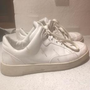 Jeg overvejer at sælge mine Balenciaga sko i modellen 477292 str 38. Np er omkring 2.300kr. De er en udgået model😁 skriv for flere billeder:)