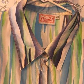 Flot stribet vintageskjorte med små skulderpuder. Str. 38, men lidt stor i det 😊