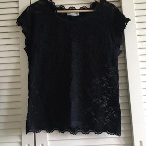 Rosemunde trøje i sort med blonder. Jeg er ikke sikker på størrelsen fordi der ikke står str. i den.