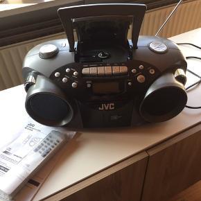 JVC ghettoblaster, MED KASSETTE OG CD AFSPILLER med brugsanvisning og fjernbetjening. Til batterier eller strøm. Kassettebånd med John Mogensen følger med. 6705 Esbjerg ø Se også mine andre annoncer