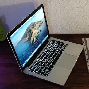 """MacBook Pro retina fra 2014 med 13"""" Retina skærm med høj opløsning. I god og velfungerende stand. Med nyeste Mac styresystem os x Catalina og med Microsoft Office. Med hurtig Intel i5 processor, 4 GB RAM, SSD harddisk med 128 GB plads, DK tastatur med baggrundsbelysning, indbygget WiFi, Bluetooth og facetime kamera og mikrofon. Fremstår med enkelte ridser og buler ved et par hjørner, men er ellers i fornuftig stand. Stadig en hurtig og fin MacBook, som er velegnet til både studier og hjemmebrug.! Batteri er også i god stand. Helt opdateret og Klar til brug ;-) sælges incl Apple Magsafe 2 oplader, forlængerledning og original kvittering. Nypris omkring 9900 plus Microsoft Office."""