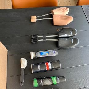Sælger disse forskellige accessories til sneakers.   2 x skotræ 2 x børster  2 ud af 3 sprays er brugte  Fragt er inkluderet
