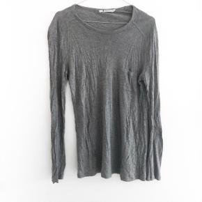 Alexander Wang bluse i grå den har lidt fnuller   størrelse: S   pris: 150kr   fragt: 37   obs den bliver dampet inden afsendelse