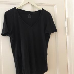 Blød t shirt med åbne sider.    Skal afhentes på Østerbro eller sendes på købers regning. Kom gerne med bud 🌸