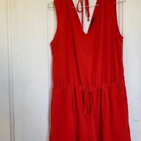 Fin justerbar buksedragt som passes af flere størrelser, da den kan strammes i taljen. Lækker luftigt stof i fin rød farve.