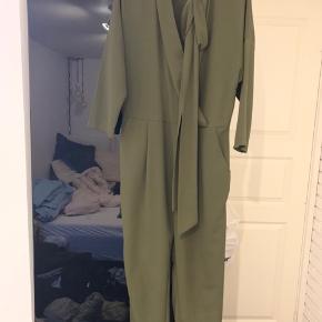 brugt et par gange. super fin jumpsuit i flot farve. kan også passes af en str medium. evt mp 200kr eller bud